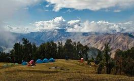 Barraca do turista que acampa nas montanhas fotos de stock