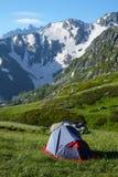 Barraca dos alpinistas no prado nas montanhas imagens de stock