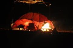 Barraca e fogueira iluminadas fotografia de stock royalty free