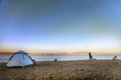 Barraca exterior de acampamento da natureza do lago da pesca Fotografia de Stock Royalty Free