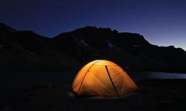 Barraca iluminada no lago Wedgemount imagem de stock