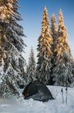 Barraca nas montanhas Manhã do inverno Imagens de Stock