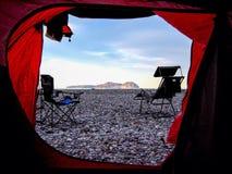 Barraca que acampa com uma vista para o mar fotografia de stock royalty free
