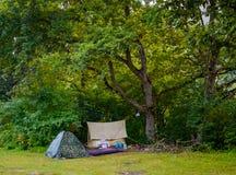 Barracas de acampamento no acampamento na floresta Imagens de Stock Royalty Free