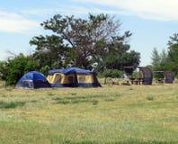 Barracas do acampamento e tabelas de piquenique Fotografia de Stock