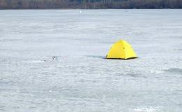 Barracas do pescador no rio congelado no dia de inverno Fotografia de Stock Royalty Free