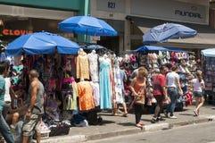 Barracas dos vendedores ambulantes no 25 de março, cidade Sao Paulo, Brasil imagens de stock