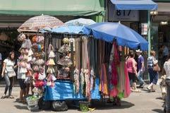 Barracas dos vendedores ambulantes no 25 de março, cidade Sao Paulo, Brasil Foto de Stock Royalty Free