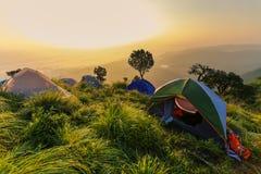 Barracas e acampamento na montanha alta fotos de stock