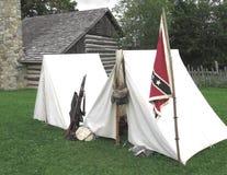 Barracas e bandeira em um acampamento confederado fotos de stock royalty free
