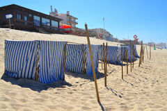 Barracas listradas da praia da tela Fotos de Stock