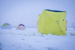 Barracas na pesca do inverno fotografia de stock royalty free