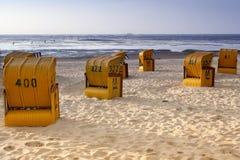 barracas no por do sol no mar Foto de Stock