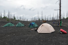 Barracas turísticas que estão na madeira inoperante na península de Kamchatka Fotos de Stock