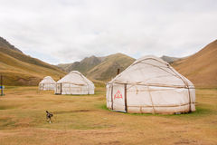 Barracas Yurts - casas dos povos asiáticos nômadas locais em um vale da montanha da grama seca Imagens de Stock