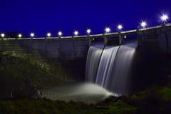 Barrage au-dessus de rivière d'Eresma, Ségovie Espagne Réservoir de ponton images stock