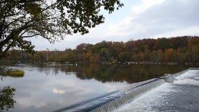 Barrage Autumn Time de rivière banque de vidéos