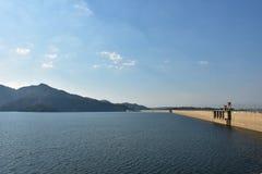 Barrage avec le ciel bleu et les cloudes Image libre de droits