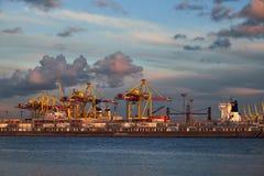 Barrage avec les grues et les conteneurs jaunes St Petersbourg, Russie de chantier naval photo stock