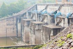 Barrage concret fait pour l'offre de l'eau et de courant électrique Photographie stock