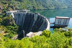 Barrage d'usine d'énergie hydraulique Photographie stock libre de droits