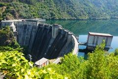 Barrage d'usine d'énergie hydraulique Photos libres de droits