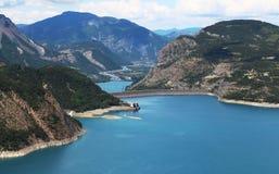 Barrage dans le lac Serre-Poncon, Hautes-Alpes, France Image stock