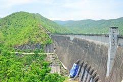 Barrage de Bhumiphol à Tak, barrage électrique de pouvoir hydraulique Images libres de droits