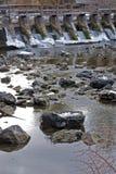 Barrage de fleuve en hiver Photos libres de droits