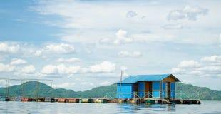 Barrage de flottement parmi les montagnes, Thaïlande Photos libres de droits