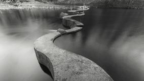Barrage de l'eau sur la rivière Svisloch Images stock