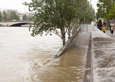 Barrage de l'eau sur les banques de la Seine à Paris Image stock