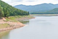 Barrage de Mae Ngat avec la montagne. Photo libre de droits