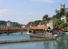 Barrage de pointeau et passerelle de moulin, fleuve Reuss, Luzerne. Image libre de droits