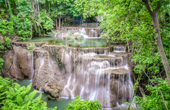 Barrage de Srinakarin de cascade de Huai Mae Kamin de paysage dans Kanchanaburi photo stock