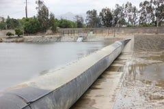 Barrage en caoutchouc entièrement gonflé sur la crique d'Alameda Photo libre de droits