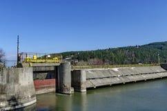 Barrage et écluse de barrage pittoresque, l'eau de rassemblement de rivière d'Iskar images stock