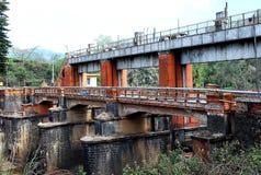 Barrage et pont rouillés très vieux Image stock