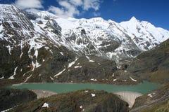 Barrage hydro-électrique dans les Alpes européens Photos stock