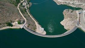 Barrage hydro-électrique sur Boise River aux hautes eaux banque de vidéos