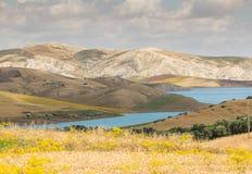 Barrage Idriss de lac de beauté de montagnes en montagne de Rif au Maroc Photo libre de droits