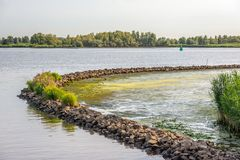 Barrage incurvé de pierre de basalte en rivière Photographie stock