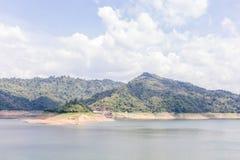 Barrage naturel de montagne et de réservoir d'eau sous le ciel nuageux, natur Image libre de droits