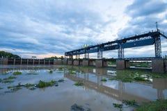 Barrage qui ont la rue pour le passage de voiture avec le coucher du soleil nuageux Images stock