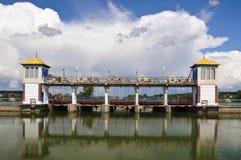 Barrage rural avec deux tours Photo stock