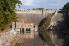 Barrage sur la rivière de Lomnica dans Karpacz Photo libre de droits