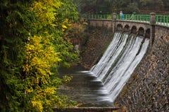 Barrage sur la rivière de Lomnica dans Karpacz Photographie stock libre de droits