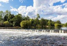 Barrage sur le fleuve Photographie stock