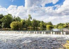 Barrage sur le fleuve Photographie stock libre de droits
