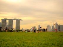 Barragem SINGAPURA do porto - 25 DE NOVEMBRO DE 2018: Área de recreação em Marina Barrage, uma represa em Singapura com opinião d imagens de stock